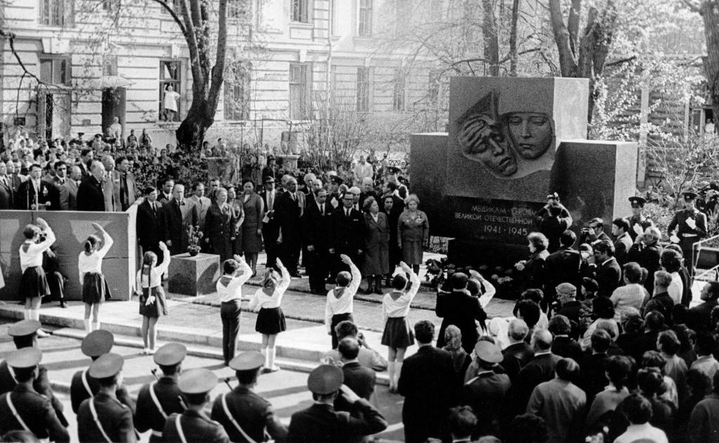 Памятник Героям-медикам 1941–1945 гг. на Девичьем поле